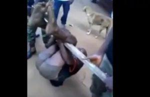 Des hommes en uniforme pris en flagrant délit de torture